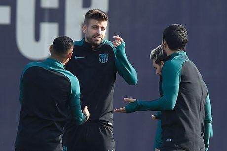 Pique va Suarez cai tay doi tren san tap Barca - Anh 8