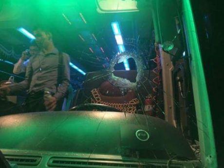 Xe khach bi nem da tren cao toc Ha Noi - Hai Phong, tai xe trong thuong - Anh 1