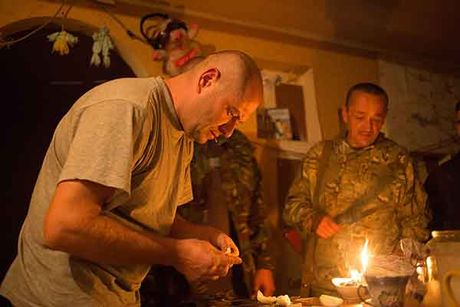 Can canh 'quan tinh nguyen' Ukraine ngoai chien tuyen - Anh 12