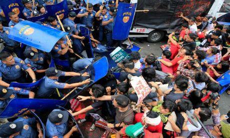 Hien truong xe canh sat lao vao nguoi bieu tinh o Philippines - Anh 1