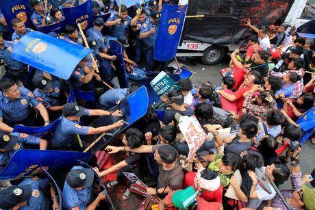 Hien truong xe canh sat lao vao nguoi bieu tinh o Philippines - Anh 3