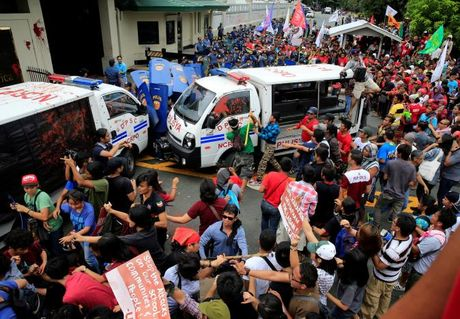 Hien truong xe canh sat lao vao nguoi bieu tinh o Philippines - Anh 4