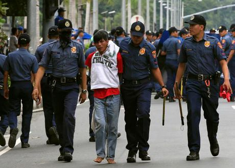 Hien truong xe canh sat lao vao nguoi bieu tinh o Philippines - Anh 8