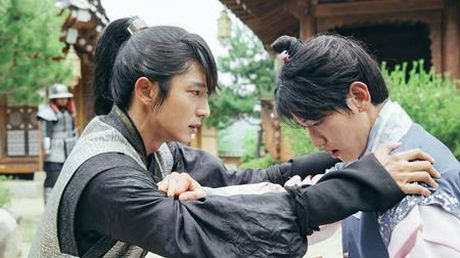 Nguoi tinh anh trang tap 16: Lee Jun Ki tu tay giet em trai, chia tay IU - Anh 6