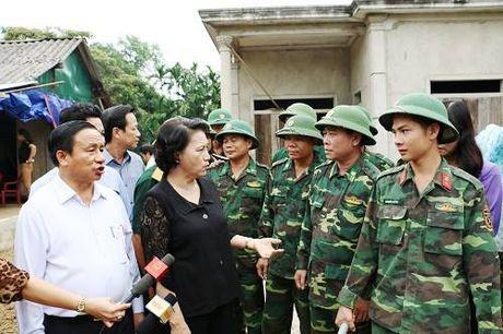 Chu tich Quoc hoi tham hoi tang qua cho nhan dan vung tam lu - Anh 4
