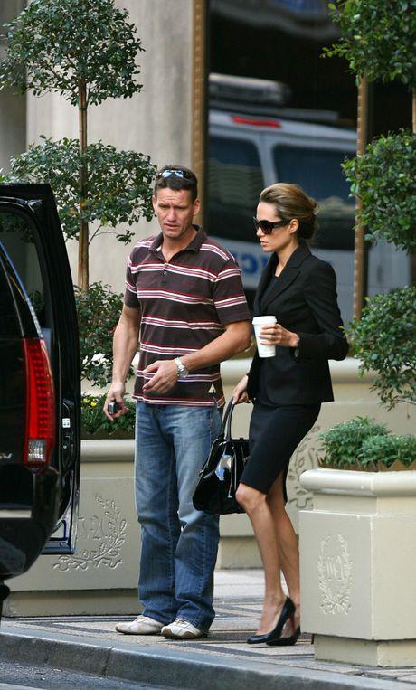 Cuu ve si nha Jolie-Pitt xin nghi viec vi kiet suc - Anh 2