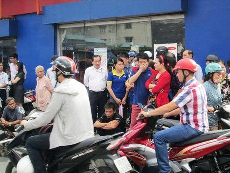 Xe buyt cuon 2 chi em thuong vong tren duong Nguyen Kiem - Anh 2