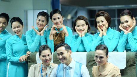 Tiep vien hang khong dau chi cam khay phuc vu - Anh 1