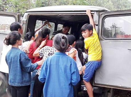 Su doan 324 kham chua benh, phat thuoc mien phi cho nguoi vung lu - Anh 2