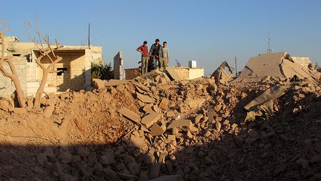 May bay lien quan My nem bom gan thanh pho Aleppo, giet hai 6 nguoi - Anh 1