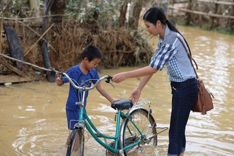 Ngoc Han bo sinh nhat me de den Ha Tinh cuu tro dong bao vung lu - Anh 4