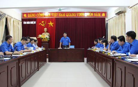 Bi thu Trung uong Doan tham, tang qua nhan dan bi lu lut tai Nghe An - Anh 3