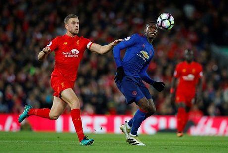 Dang bi 'nem da', Rooney bao ve Pogba truoc bua riu du luan - Anh 2