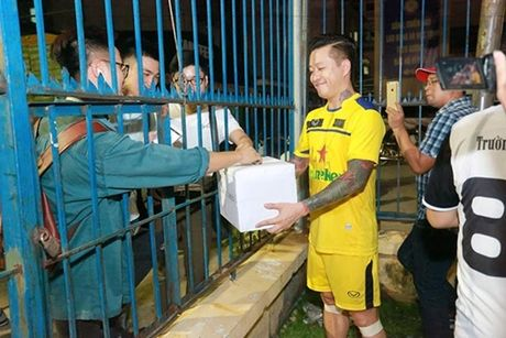 Tuan Hung dap tra khi bi che quyen duoc tien ung ho kem xa MC Phan Anh - Anh 6
