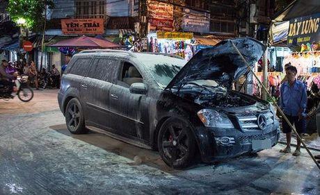 Mercedes dang luu thong bat ngo boc chay o pho co - Anh 1