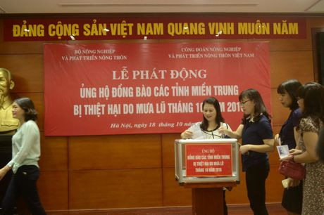 Phat dong quyen gop ung ho nhan dan mien Trung bi lu lut - Anh 2