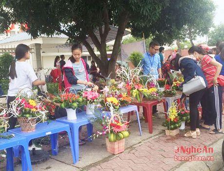 Sinh vien nang dong kinh doanh hoa dip le 20/10 - Anh 1