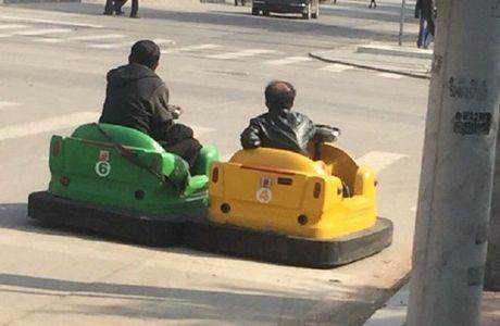 Hai nguoi dan ong Trung Quoc hon nhien lai xe dien ti hon tren pho - Anh 3