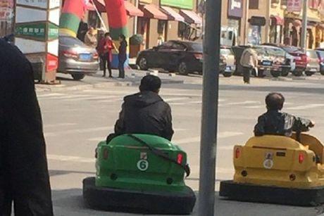 Hai nguoi dan ong Trung Quoc hon nhien lai xe dien ti hon tren pho - Anh 5