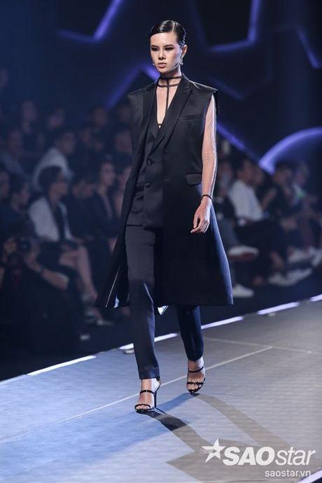 Lan Khue cung dan 'chien binh' The Face chiem the thuong phong tai Chung Thanh Phong Fashion show - Anh 14