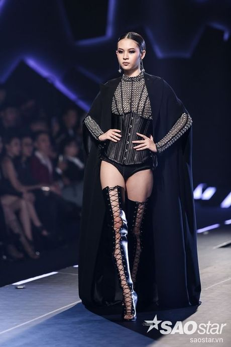 Lan Khue cung dan 'chien binh' The Face chiem the thuong phong tai Chung Thanh Phong Fashion show - Anh 1