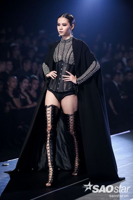Lan Khue cung dan 'chien binh' The Face chiem the thuong phong tai Chung Thanh Phong Fashion show - Anh 2