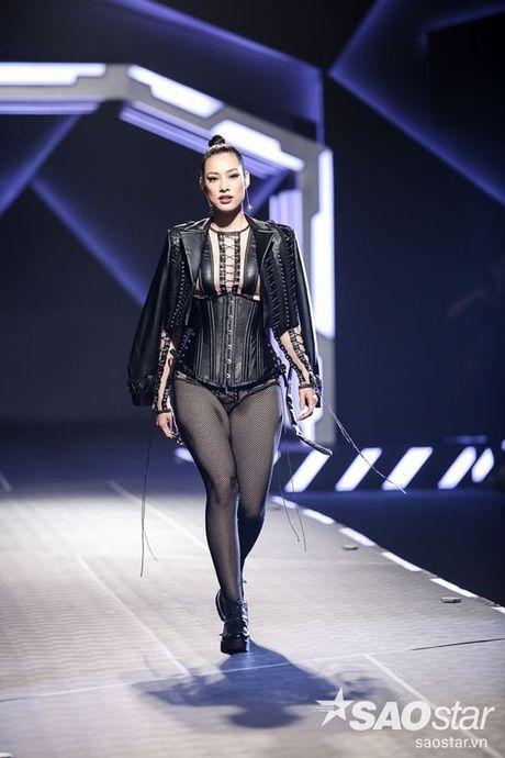Lan Khue cung dan 'chien binh' The Face chiem the thuong phong tai Chung Thanh Phong Fashion show - Anh 5