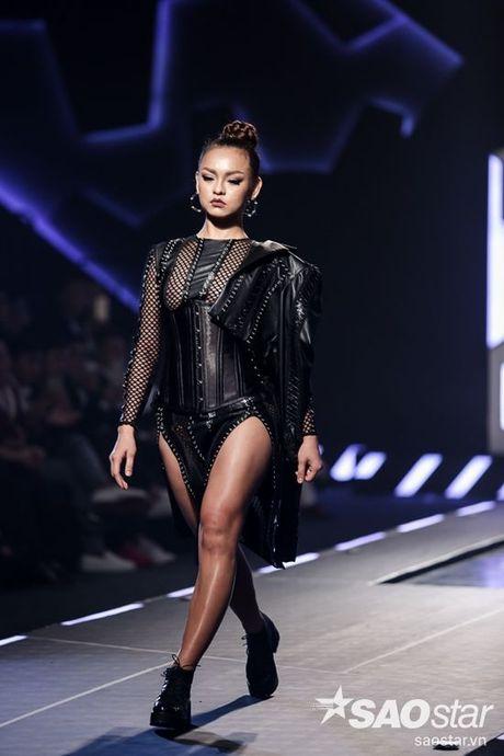 Lan Khue cung dan 'chien binh' The Face chiem the thuong phong tai Chung Thanh Phong Fashion show - Anh 6