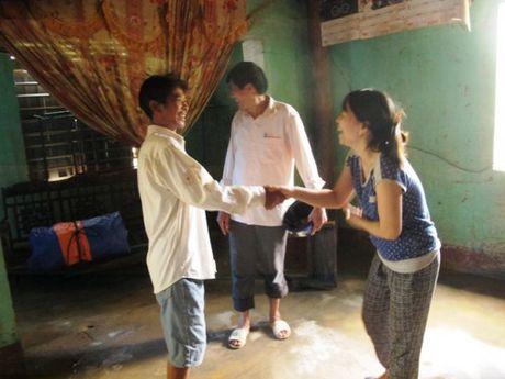 Quang Binh: Gap nguoi hung giua dem cheo thuyen vuot lu di cuu nguoi - Anh 2