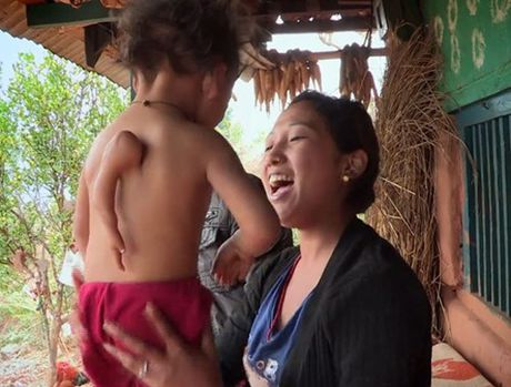 Be trai Nepal 'moc' tay o... lung - Anh 1