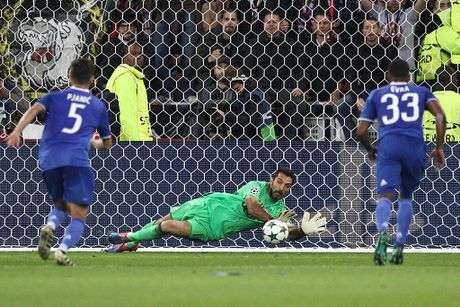 Buffon can pha 11 m, Juventus thang trong tran mat nguoi - Anh 2