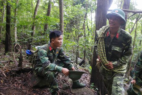 Dua thi the 3 phi cong tu nan trong vu may bay roi ve TP.HCM - Anh 9