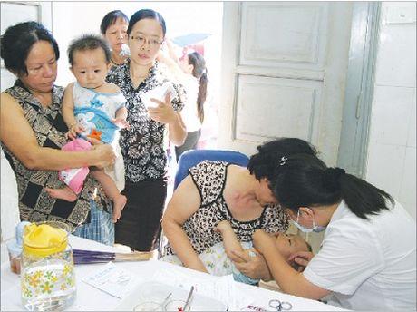 Phong va xu tri cac benh truyen nhiem trong mua mua lu - Anh 1