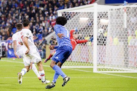 Lyon 0-1 Juventus: Buffon can penalty, Cuadrado ghi ban ngoan muc, Juve thoat hiem - Anh 2