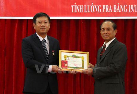 Lao trao huy chuong cho Tong lanh su Viet Nam tai Luang Prabang - Anh 1