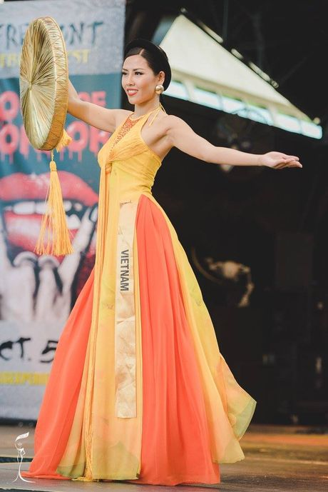 Miss Grand International: Nguyen Thi Loan lot top 3 trang phuc dan toc - Anh 4