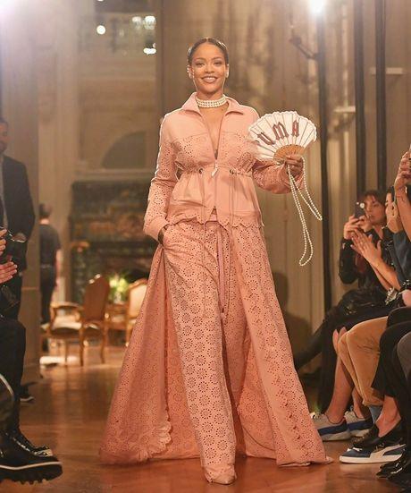 Hau chia tay ban trai, Rihanna ngay cang nong bong - Anh 11