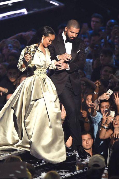 Hau chia tay ban trai, Rihanna ngay cang nong bong - Anh 1
