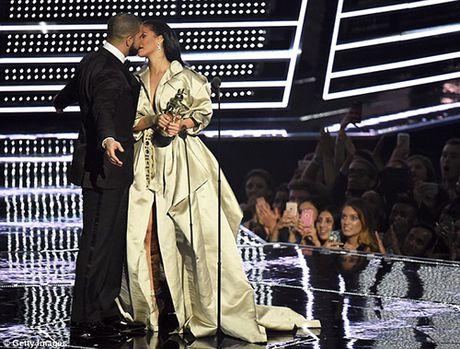 Hau chia tay ban trai, Rihanna ngay cang nong bong - Anh 2