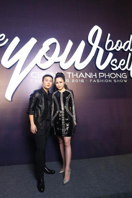 Angela Phuong Trinh be cun cung di xem thoi trang - Anh 13