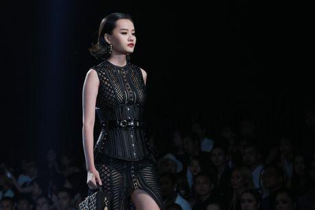 Angela Phuong Trinh be cun cung di xem thoi trang - Anh 25