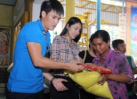 Bat ngo voi so tien hang chuc my nhan Viet ung ho mien Trung - Anh 1