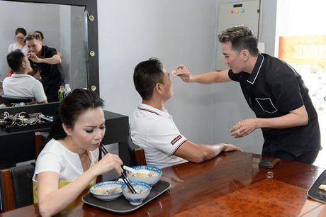 Mr. Dam kheo leo trang diem cho chong Cam Ly - Anh 2