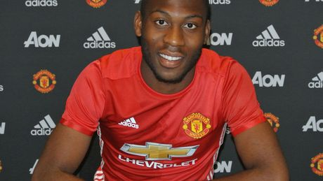 Fosu-Mensah chot tuong lai voi Man Utd - Anh 1