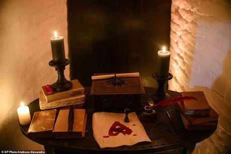 Rung ron trai nghiem Halloween o lau dai Dracula - Anh 8