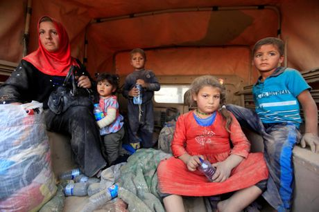 Thuong dan Iraq lu luot chay khoi thanh pho Mosul - Anh 1