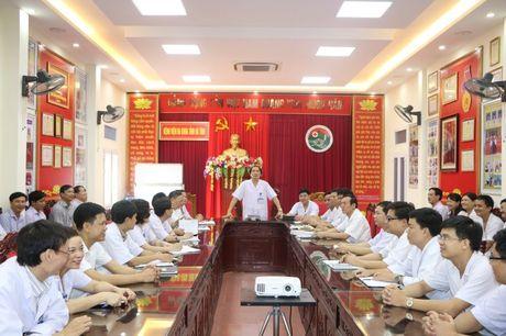 Viet ve bac sy Nguyen Viet Dong, GD Benh vien Da khoa Ha Tinh: Bai 1: Doi moi phong cach lam viec, chan chinh y duc - Anh 2