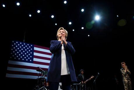 70 nguoi dat giai Nobel ung ho Hillary Clinton lam tong thong My - Anh 1
