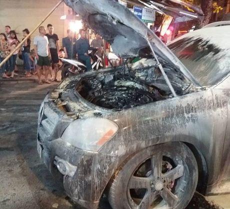 Ha Noi: Xe hop Mercedes dang luu thong bat ngo boc chay o giua pho co - Anh 1