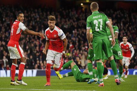 Ozil lap hat-trick, Arsenal ha guc Ludogorets - Anh 2